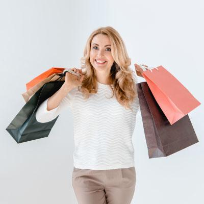 Zadowolona kobieta z zakupami